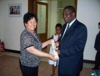 李德兰副院长捐画与津巴布韦大使馆