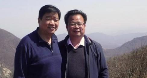驻马店政协主席邓来法同志(左)考察白云山