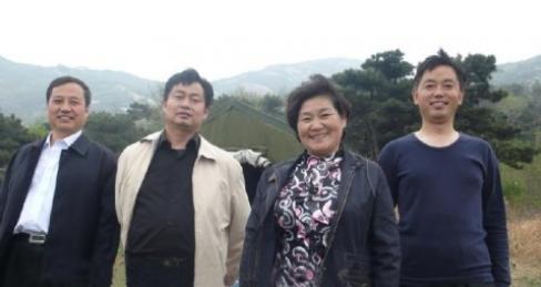 泌阳县委书记谢凤鸣同志(左二)陪同驻马店市人大主任段腊梅同志(右二)到白云山考察
