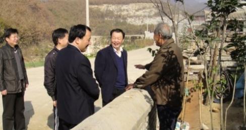 原驻马店市委副书记杨喜廷同志(右二)与白云新村村民交谈