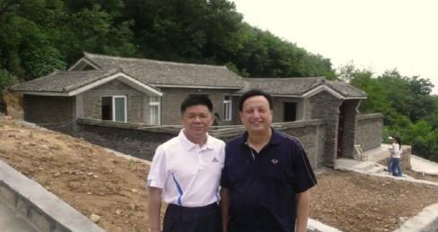 驻马店银行行长秦建华同志(左)陪同中国人民解放军总参动员副部长王文清同志(右)视察白云山