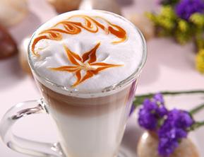 研磨机与浓浓的热咖啡