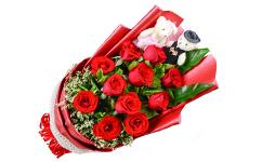 11枝红玫瑰,绿叶间插,水晶草外围