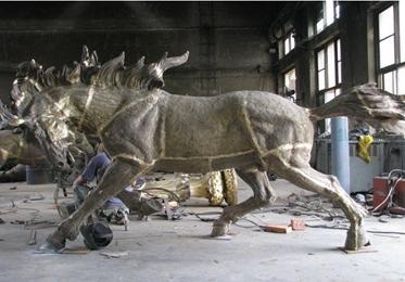 施工现场_锻铜雕塑骏马