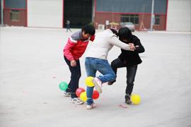 二人三足踩气球游戏—虹塑建材
