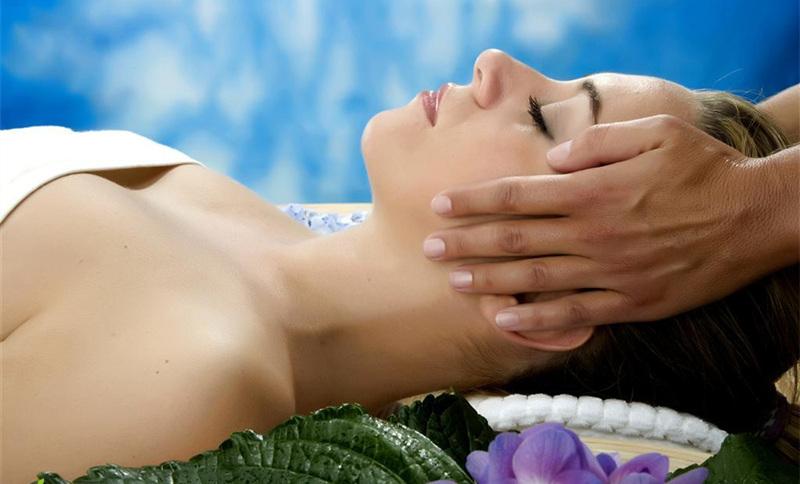 女子会所私密巴厘岛式spa,男技师正在为美女做脸部美容按摩