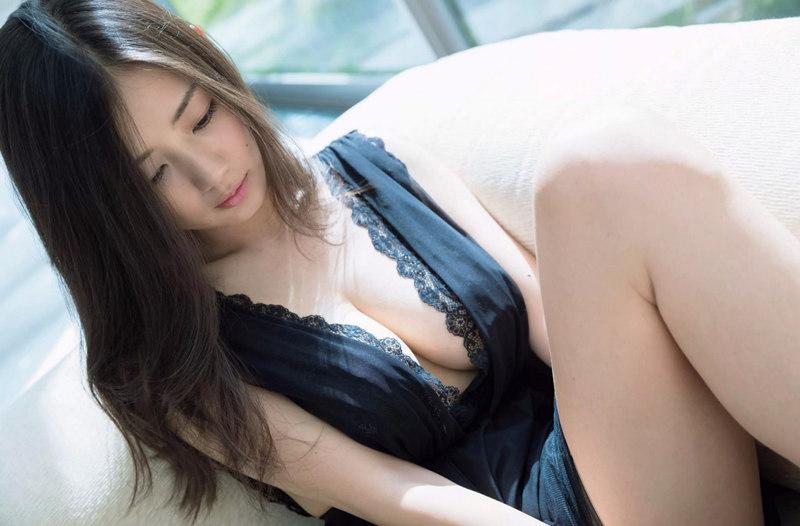 上围火爆的日本模特片山萌美黑色内衣兜不住F奶巨波