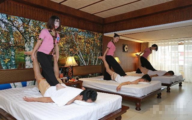厦门润足坊足浴三位漂亮的女技师为顾客做动作幅度激烈的泰式踩背
