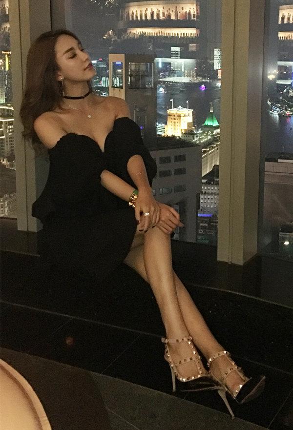 平面模特齐琦窗台秀美腿写真图片