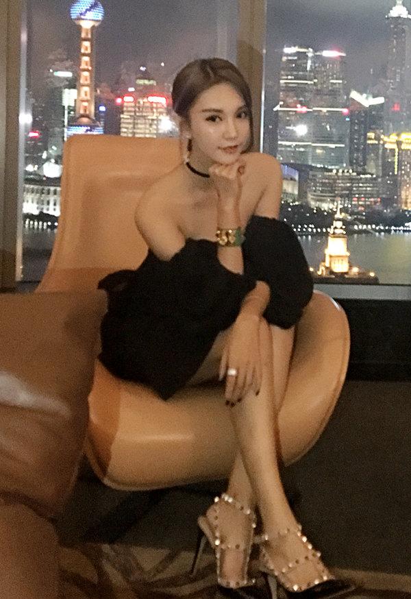 齐琦坐沙发优雅写真