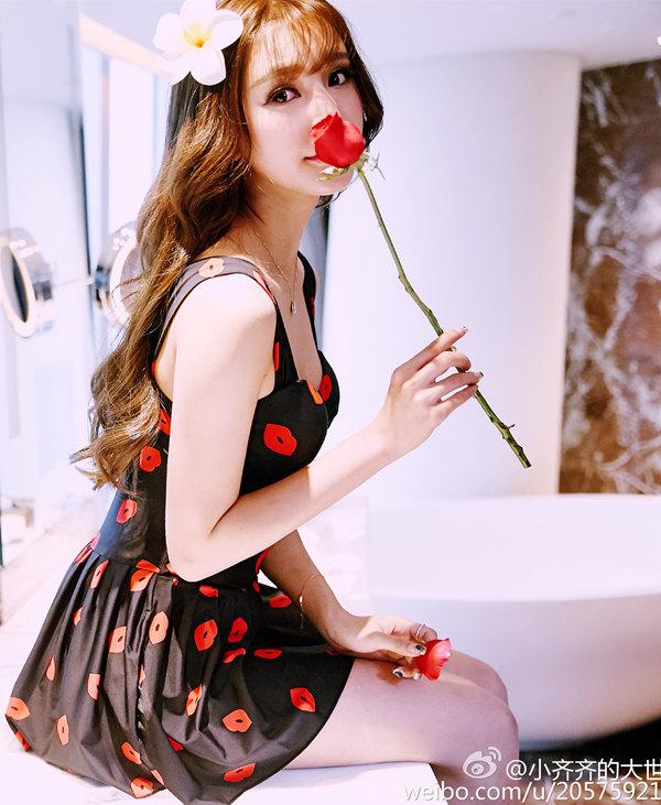 齐琦优雅黑裙嗅玫瑰花写真图片