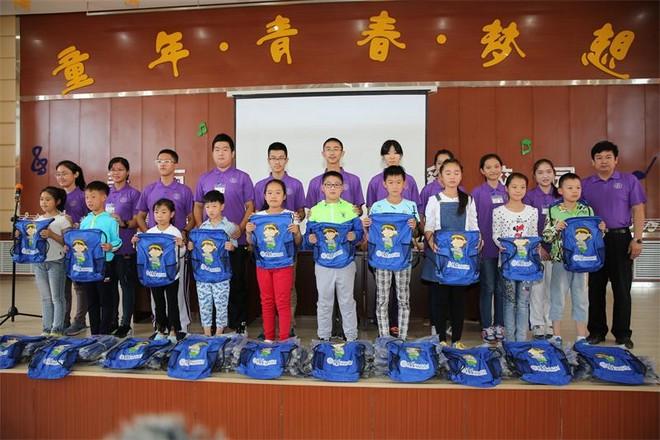 支教团向阿尔山市小学生捐赠文具.JPG