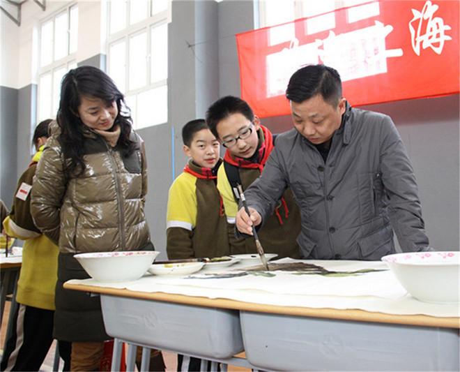 2012011101高雅艺术进校园上海书画院浦东分院组织部分画家到上海市浦东模范中学示范.jpg