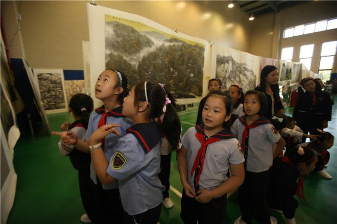 2012101501小学生与社区居民 在上海书画院浦东分院 观摩画展.JPG