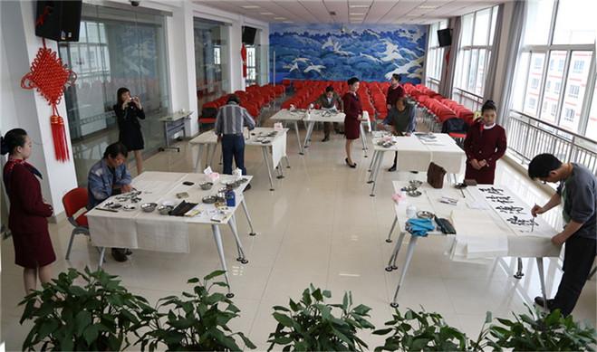 2013050601高雅艺术进校园2013年5月6日上海书画院浦东分院组织部分画师前往上海航空服务学校为空乘班学员书画艺术欣赏课.jpg